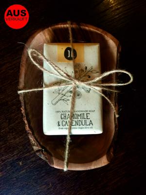 Olivenholz Seifenschale mit der HELLEO Handgemachte Kretische Bio-Olivenöl Seife mit Kamille, Ringelblume & Avocado